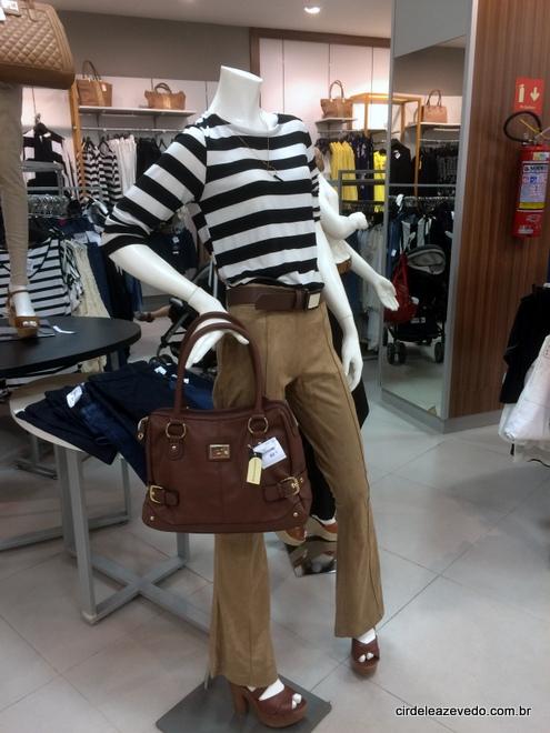 Blusa listrada preto e branco com calça de suede caramelo