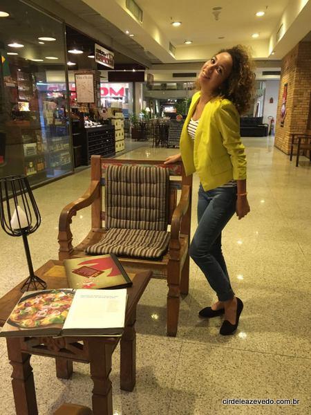 Maria Clara veste blusa listrada, calça jeans e casaco amarelo