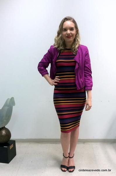 Eu usando vestido listrado colorido com jaqueta rosa