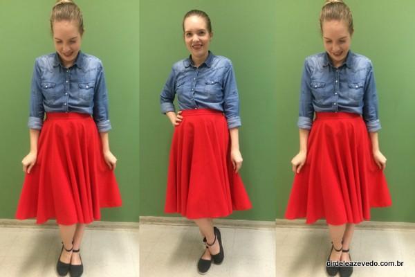 Eu usando camisa jeans com saia midi vermelha