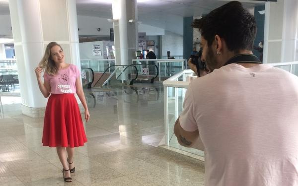 Eu usando saia midi vermelha e blusa de manguinha curta rosa