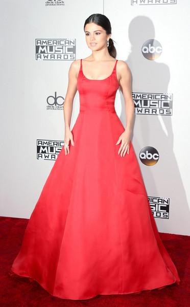 Selena Gomez, também no AMA, com esse Prada vermelho sem muitos detalhes, mas que, por si só, vale mais que mil palavras. A combinação com rabo de cavalo baixo com risca central + joias poderosas fechou a produção.