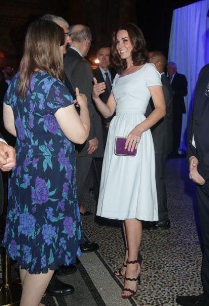 Kate veste vestido claro, com sandália e clutch roxas
