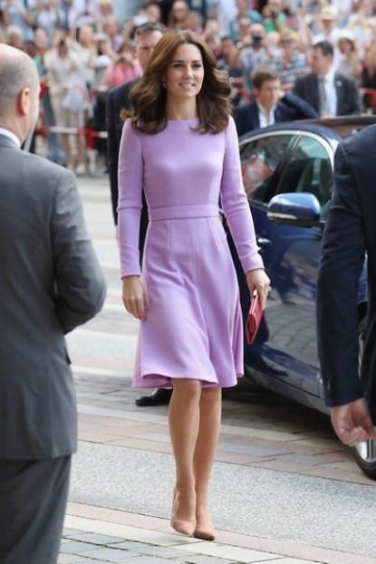 Kate veste vestido na cor lavanda e sapatos nude