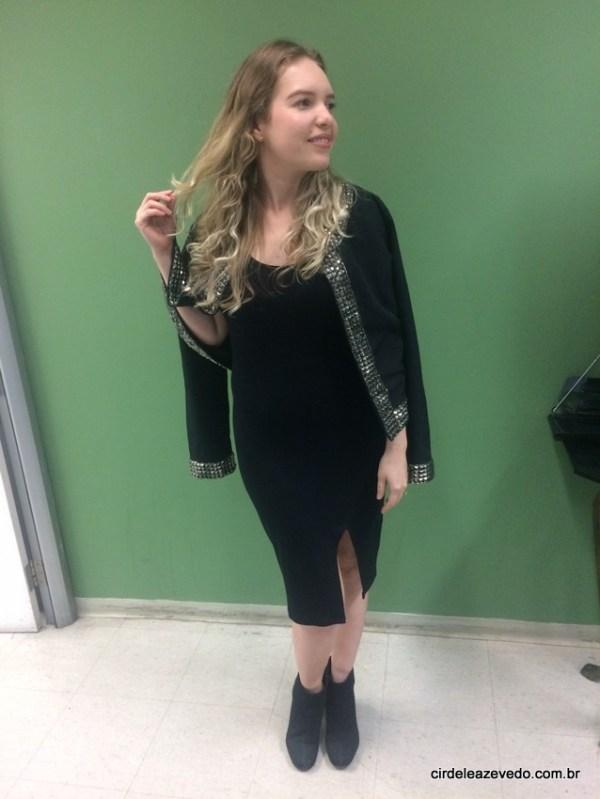 Eu usando vestido preto com fenda e casaco preto com bordados