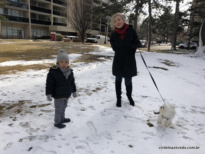 Felipinho, eu e Steve, o cachorro, passeando sobre a neve pela primeira vez