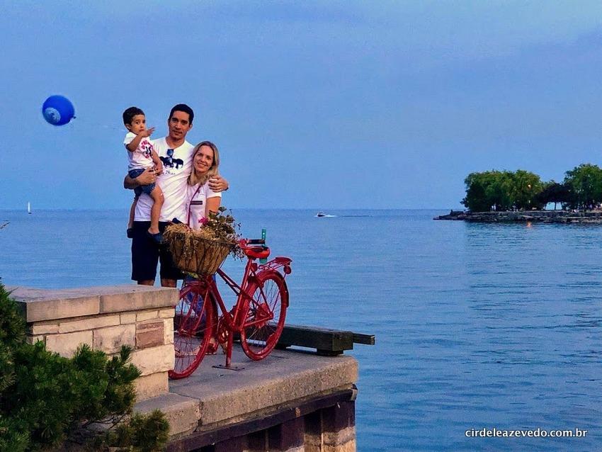Família reunida próximo ao mirante na cidade de Mississauga
