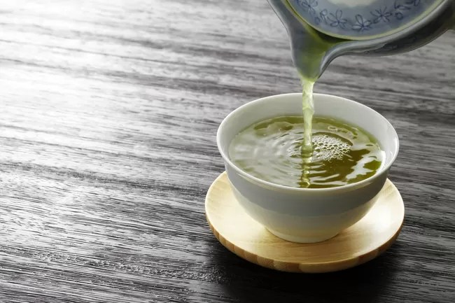 versare il tè verde