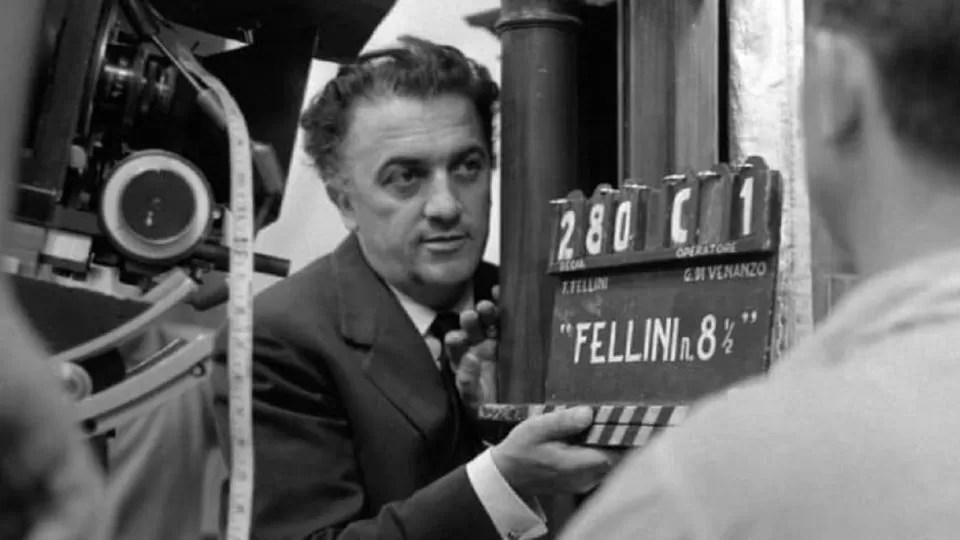 Federico Fellini col ciak