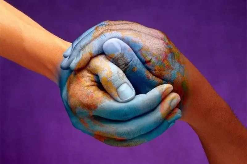 Insieme le mani compongono il mondo