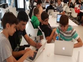 Students working in summer Verizon program