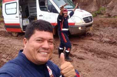 Socorristas do SAMU não perderam o sorriso no rosto e o bom humor, após ficarem quase seis horas em uma ocorrência com a ambulância atolada em comunidade