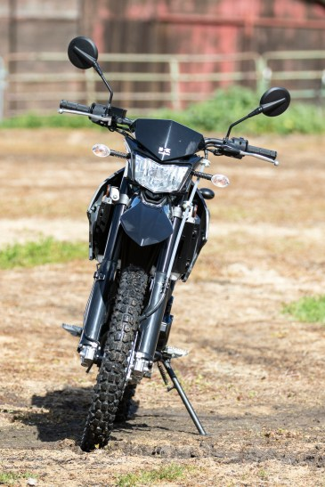 Kawasaki KLX250 - front view.