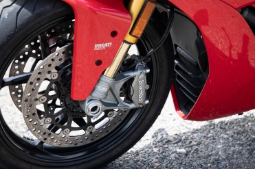 Dual 320mm rotors and radially mounted Brembo Monobloc four-piston calipers .