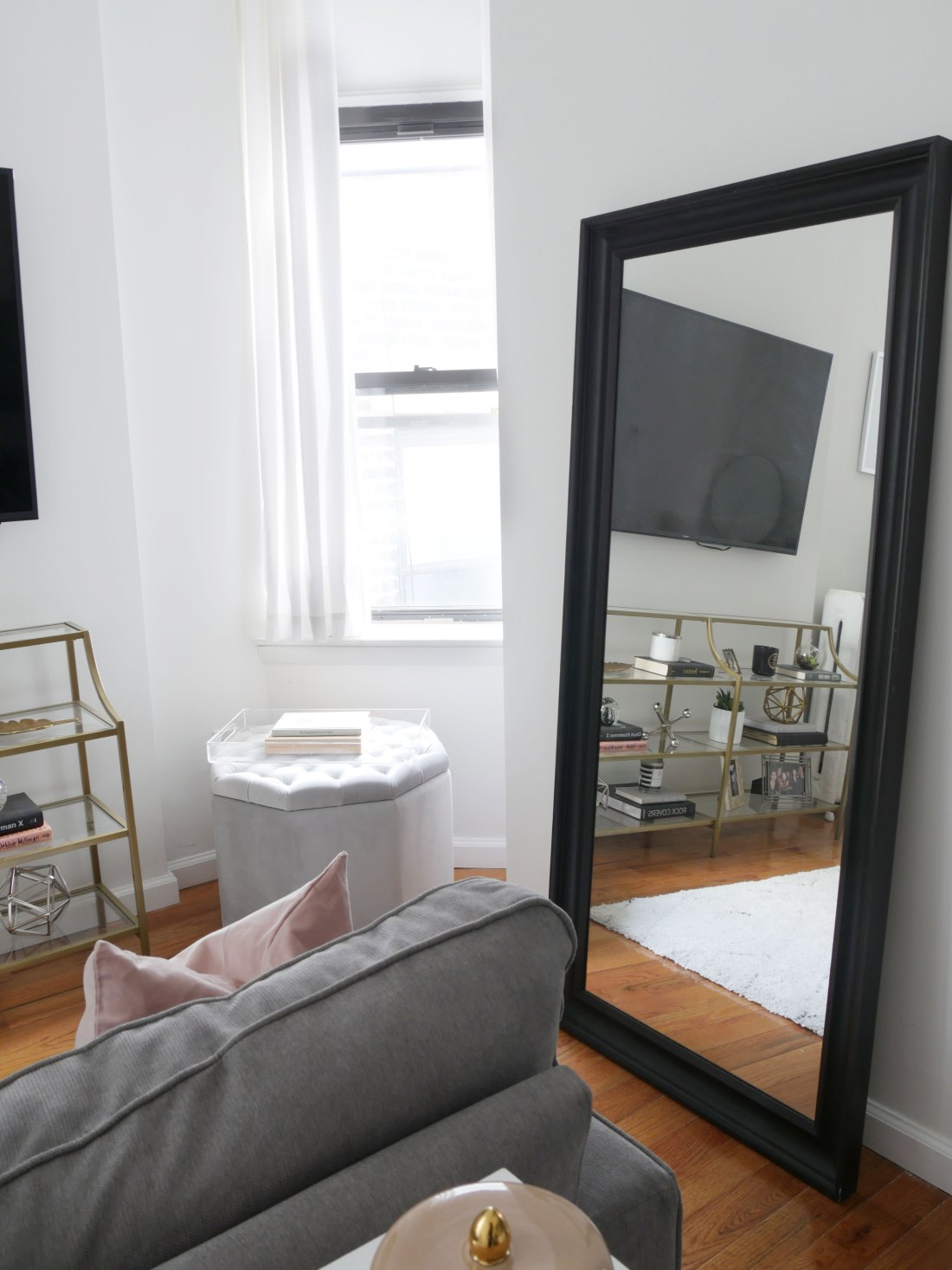 This NYC apartment is the definition of chic-meets-glam. It was a breeze & budget-friendly decorating this small, rental apartment! #rentalhomedecorating #rentaldecorating #rentalapartmentdecorating #smalllivingroomideas #smallapartmentdecorating #smallapartmentideas #walldecor #rentalhomedecoratingdiy