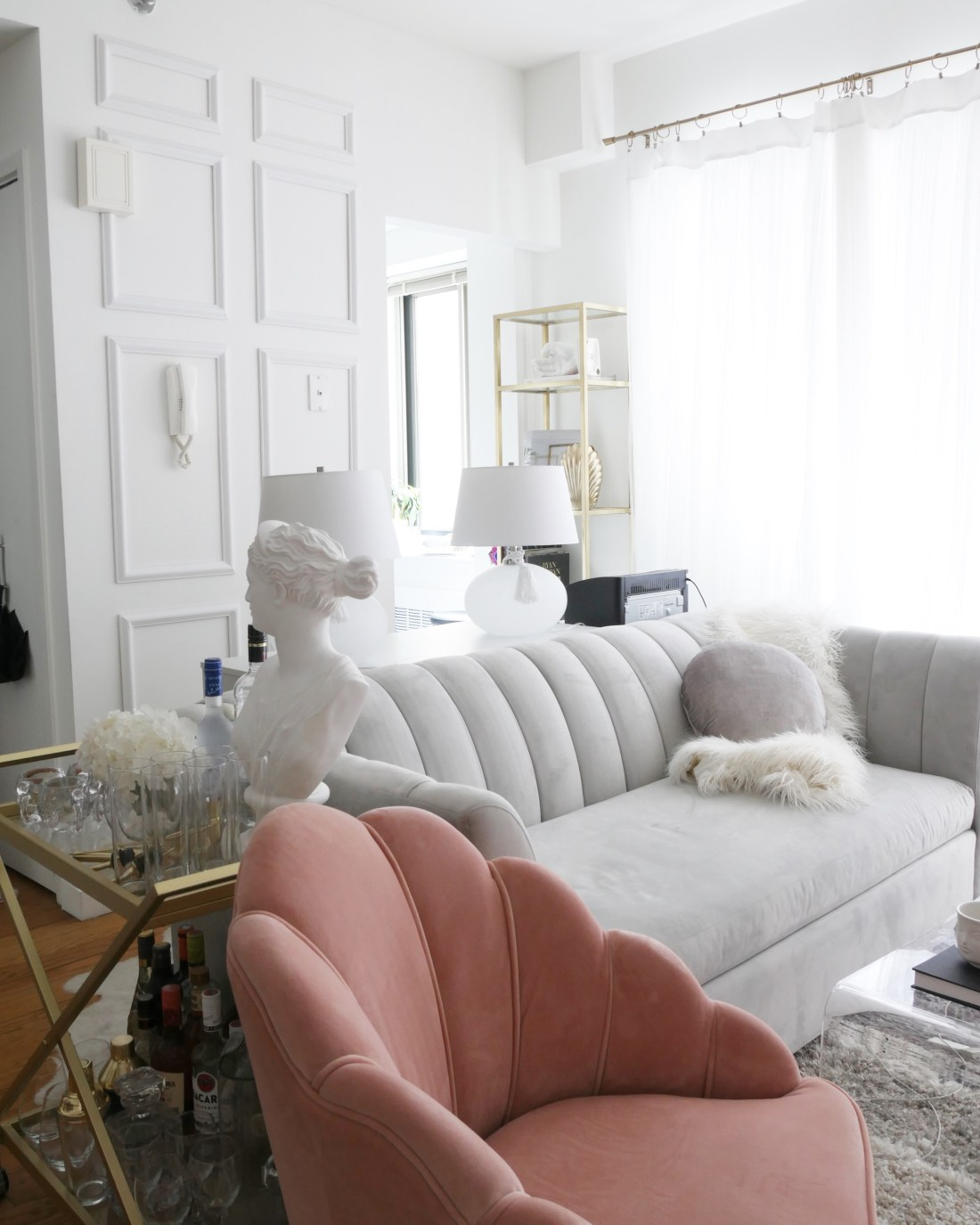 Decorating walls in a rental might feel frustrating, but it's actually super easy! If you want to add wainscoting to your rental home or apartment, you're in luck! Here's a tutorial on how to add REMOVABLE wainscoting to a rental! #rentalhomedecorating #rentaldecorating #redecoratingonabudget #smalllivingroomideas #smallapartmentdecorating #redecroatinglivingroom #redecoratingbedroom #livingroomideas #walldecor