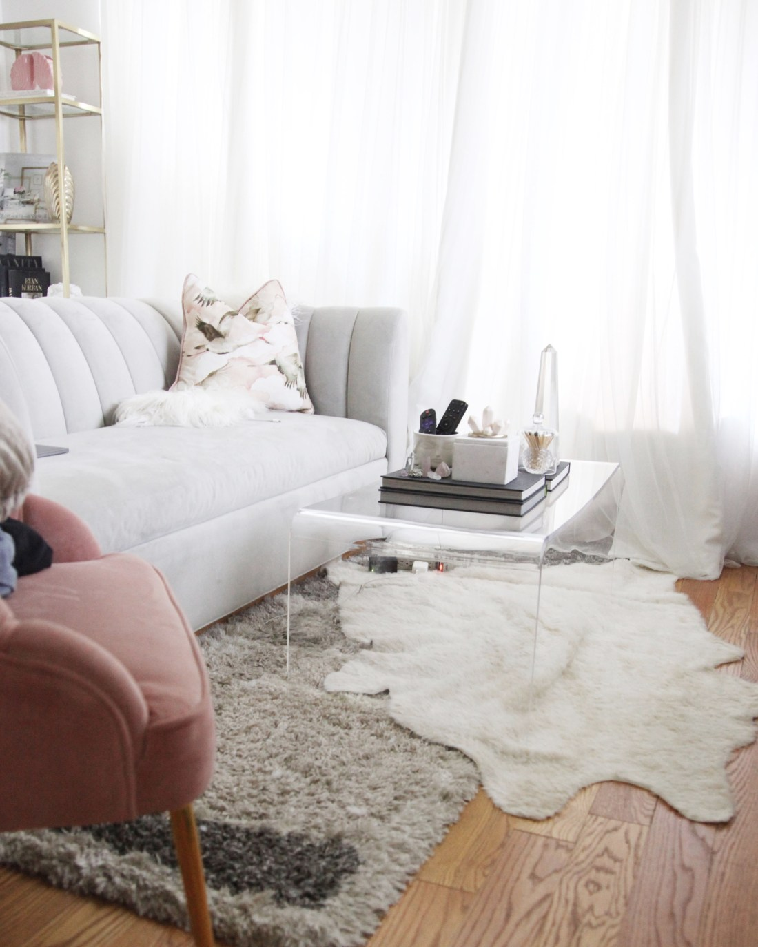 Live in a small apartment? Want to add more character and personality? This trick will make your space feel chic and unique! #rentalhomedecoratingdiy #smalllivingroomideas  #smallapartmentdecorating #smallapartmentideas