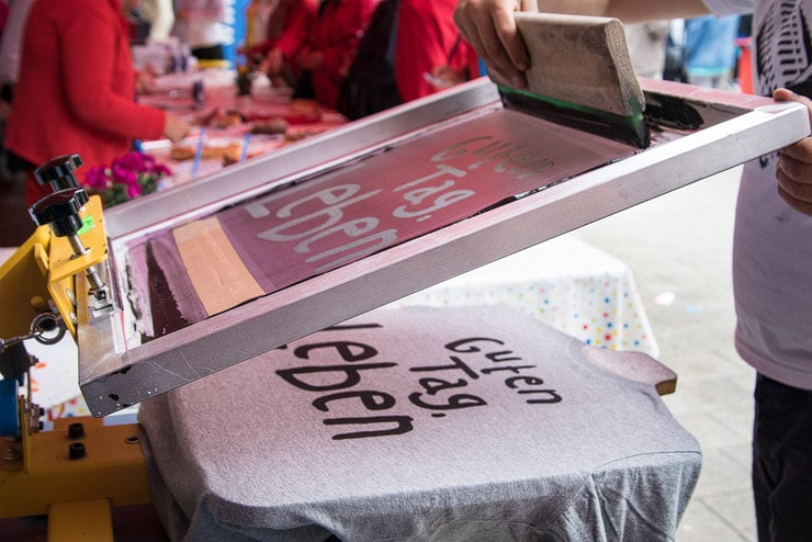 """Guten Tag Leben!"" – Mit Soli-Shirts (hier von Anka Herbster) fördert das Mode Kollektiv soziale Projekte. - copyright: Herbert Wintgen"