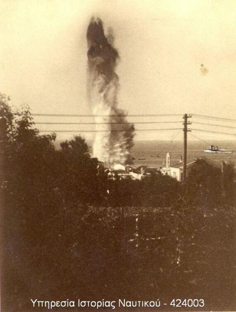 Στιγμιότυπο από την έκρηξη της δεύτερης τορπίλης στον λιμενοβραχίονα της Τήνου