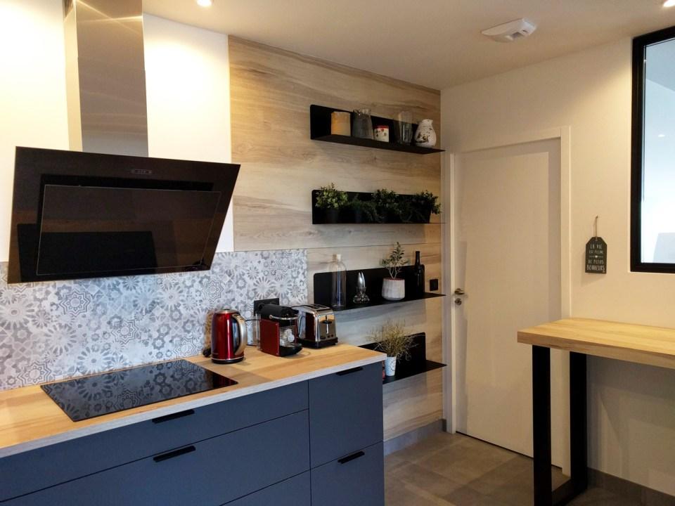 cuisine-credence-motifs-couleur-grise-bois-etageres-deco-hotte-inclinee-agencement-cityzend