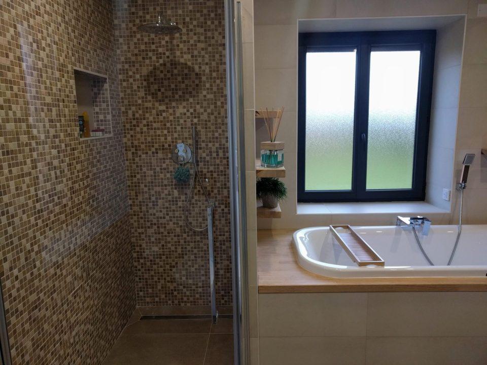 douche italienne mosaïque pierre et baignoire encastrée bois dans maison rénovée, agence CITYZEN.D