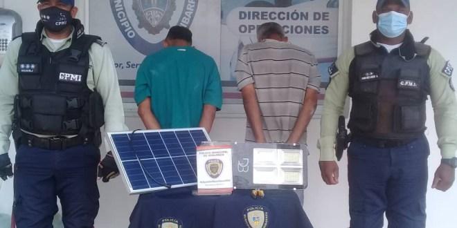 ¡CAPTURADOS ROBA PLAZAS! Dos sujetos presos por intentar sustraer luminarias en Plaza La Hermandad