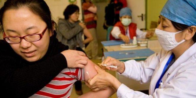 China supera mil millones de dosis de vacunas administradas