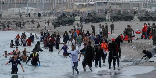 Al menos 3 mil migrantes marroquíes siguen varados en la costa de España