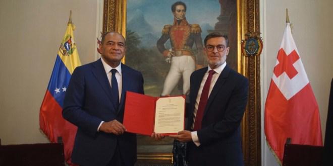 Embajador designado del Reino de Tonga entrega Copias de Estilo al canciller Félix Plasencia
