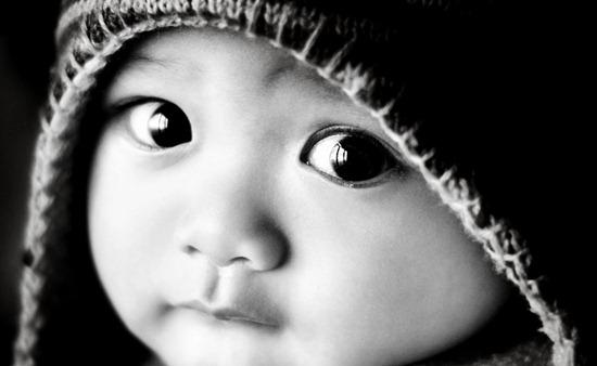 copil cu ochii mari