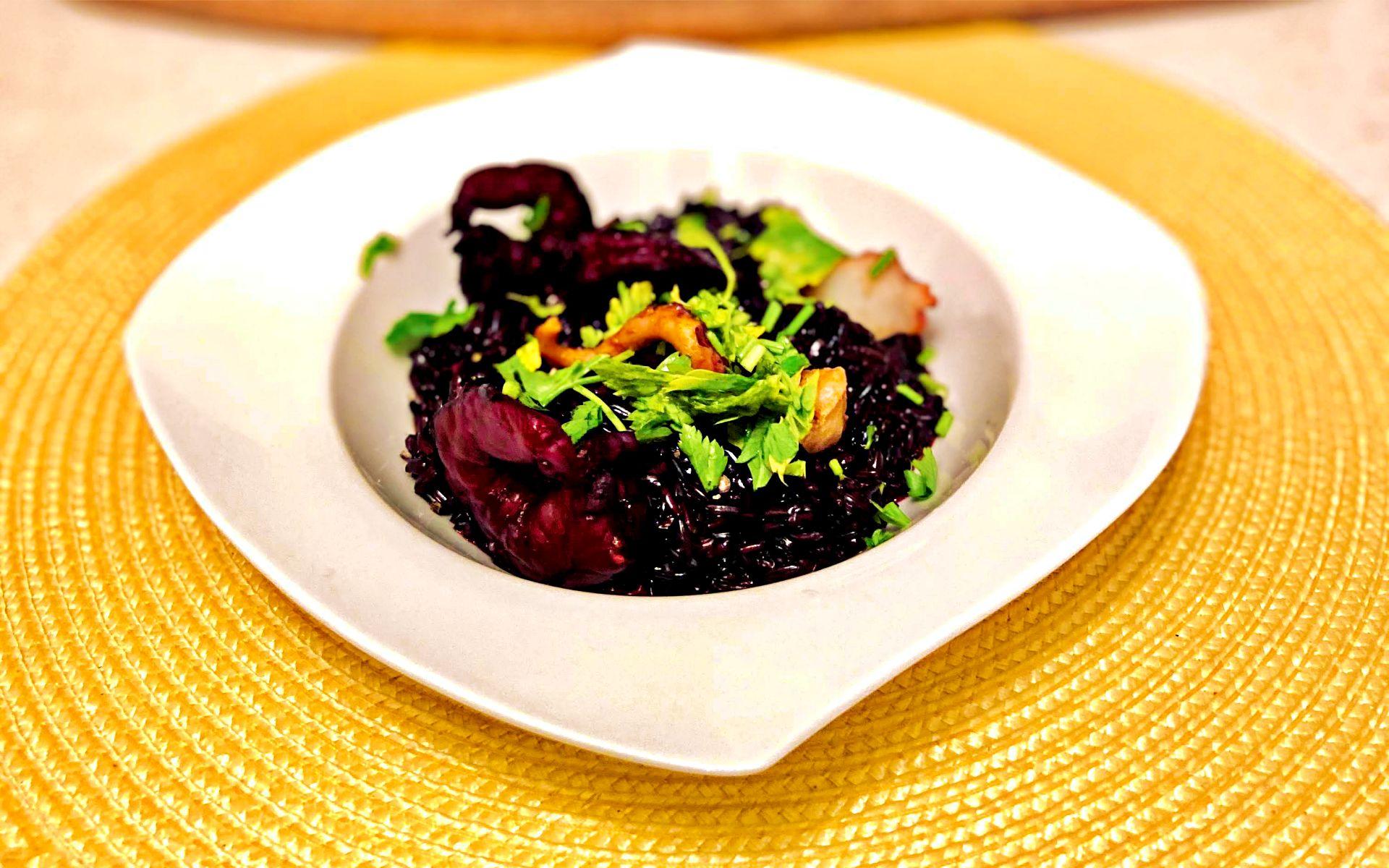 orez negru cremos cu creveți și caracatiță