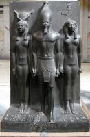 الملك منكاورع مع المعبودة حتحور وفاتحة الطريقة للإقليم السابع عشر