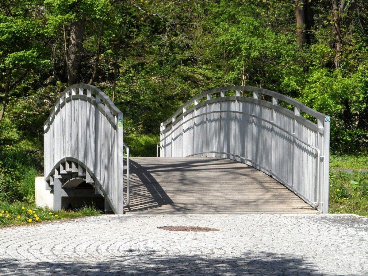 Curved parapet wall design in bridge