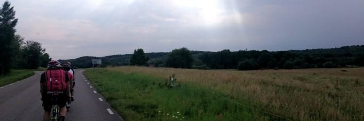 Cyklister på vänster sida av bilden