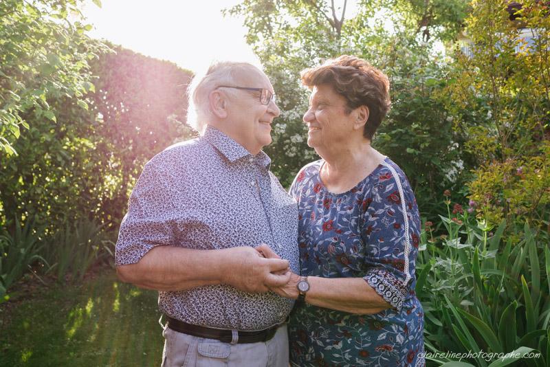 portrait d'un couple de personnes âgées souriants