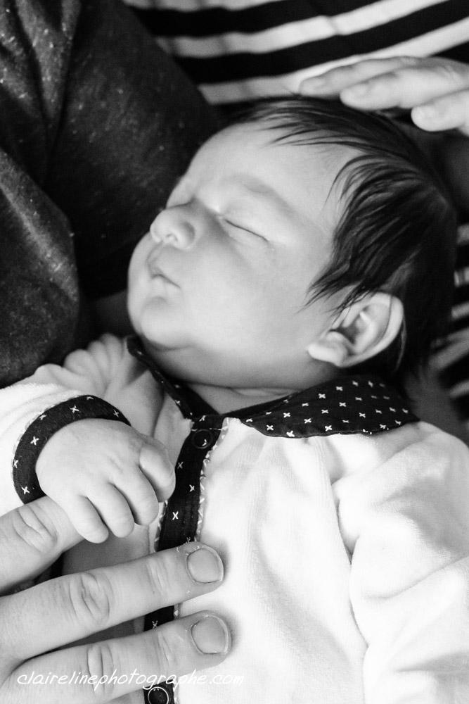 Portrait d'un nouveau-né en noir et blanc