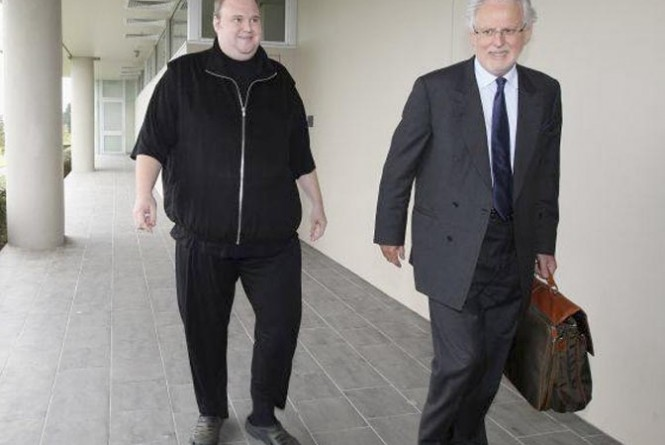 Kim Dotcom, à esquerda, ao ser solto, em fevereiro