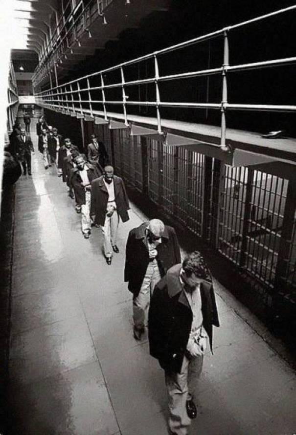 07. Últimos prisioneiros a abandonar a ilha de alcatraz em 1963.