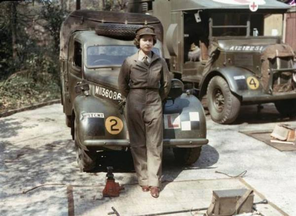 11. A Rainha Elizabeth durante no serviço militar durante a II Guerra Mundial.