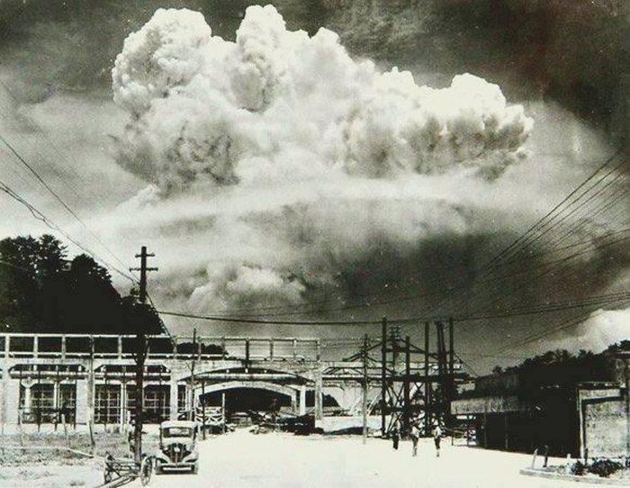 18. Nagasaki, 20 minutos depois da explosaoda bomba atómica em 1945.