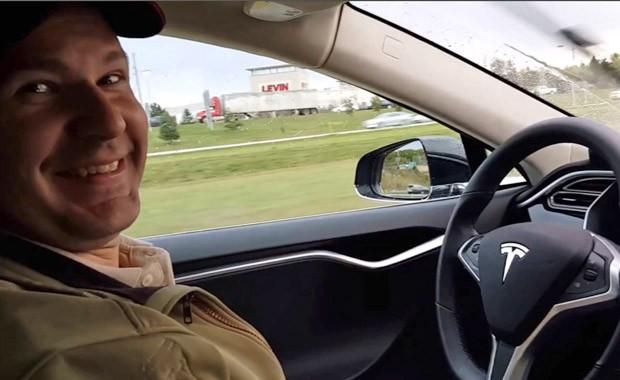 oshua Brown aparece sem as mãos no volante em imagem capturada de vídeo postado pelo motorista no YouTube; ele tinha no carro uma espécie de 'piloto automático' (Foto: AP via YouTube)