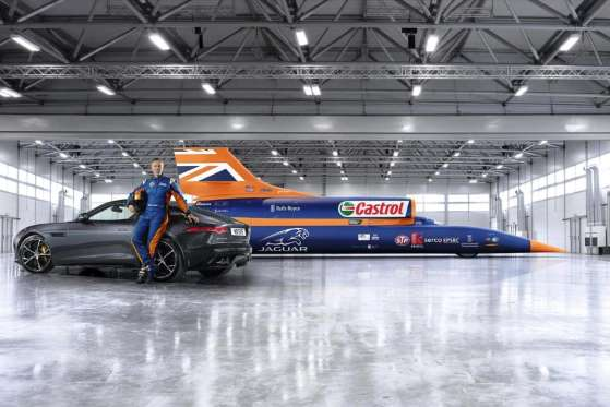 O atual detentor do recorde de 1.228 km/h, junto ao piloto Andy Green e o carro de apoio, um Jaguar F-Type. O jato tentará quebrar o recorde e ir a 1.609 km/h