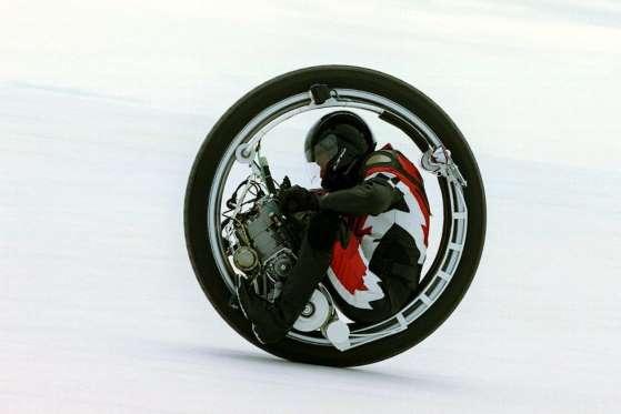 Kerry Mclean, do Michigan, pilota seu monociclo em Bonneville no dia 22 de setembro de 2000