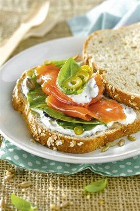 bocadillos faciles saludables sandwich salmon ahumado pepinillo. Rebanadas de pan con salmón ahumado y encurtidos
