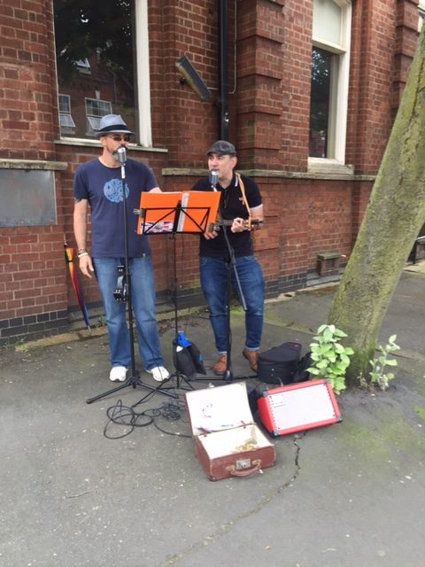 ArtBeat 2016 - The Lonesome Pines busking in aid of Cancer Research UK