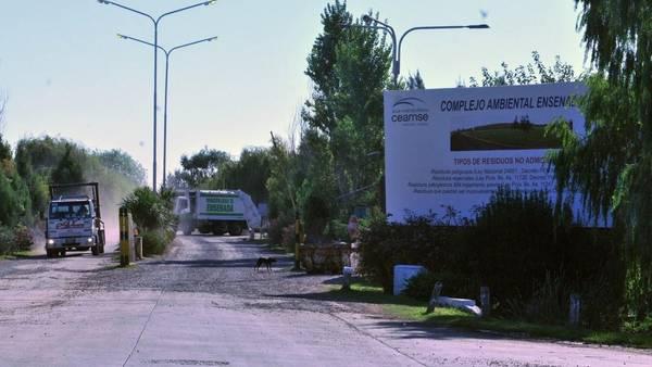Carteles de denuncia por la continuidad del basural. Foto: Mauricio Nievas   - FTP CLARIN - 8365.jpg - Z FTP Nievas - ftp.agea.com.ar