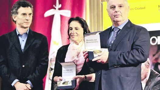 DISTINCION. MACRI ENTREGA AL DIRECTOR Y A LA VIUDA DEL PALESTINO EDWARD SAID MEDALLAS DEL BICENTENARIO.