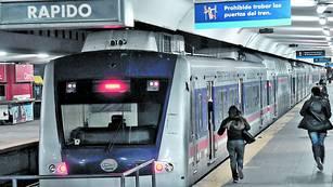 El último tren hacia Moreno. La formación sale de Once y algunos pasajeros no llegaron a subir. Afuera espera el servicio de micros. / Marcelo Carroll