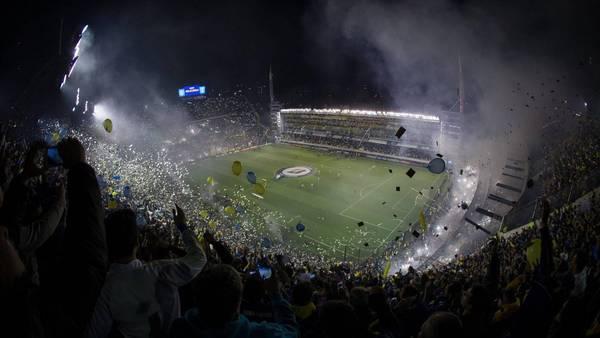 La cancha de Boca anoche durante los hechos de violencia contra los jugadores de River en el segundo tiempo. (EFE)