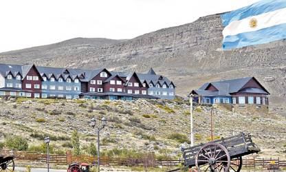 Alto Calafate. El hotel de la familia Kirchner que controla la sociedad Hotesur domina la ciudad desde la ladera de un cerro./ OPI SANTA CRUZ